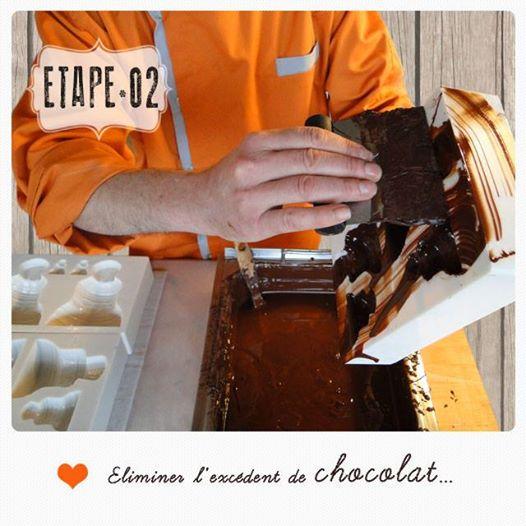 Enduire les moules de chocolat à l'étape 2