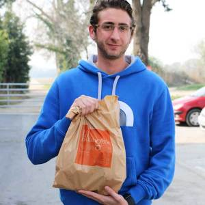 Un jeune homme venu acheter des viennoiseries