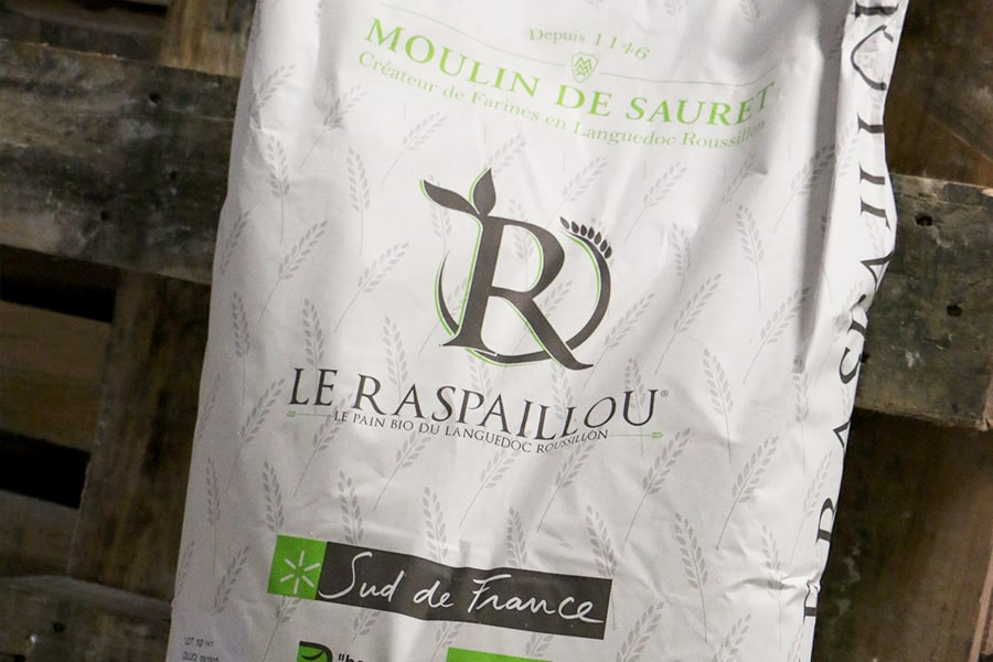 Gros plan sur la farine bio Le Raspaillou, farine 100% locale !