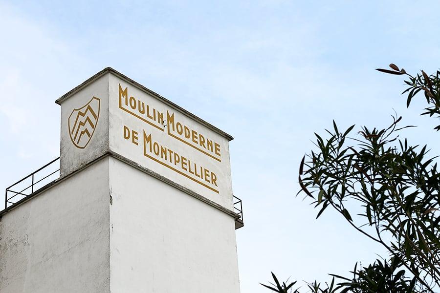 Le blason du Moulin avec ses  trois lettres M, car le propriétaire de l'époque possèdait deux autres moulins à Marseille et Manosque.