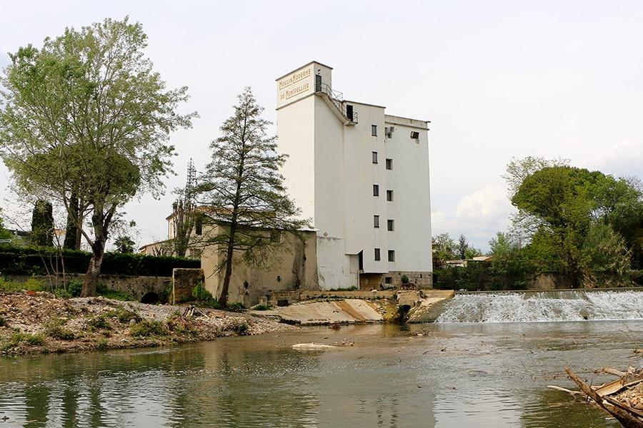 Vue d'ensemble du Moulin depuis les rives du Lez.