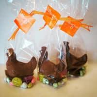 Poules en chocolat et leurs petites fritures.