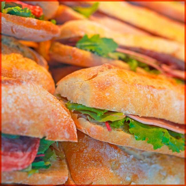 Des sandwichs appétissants et garnis